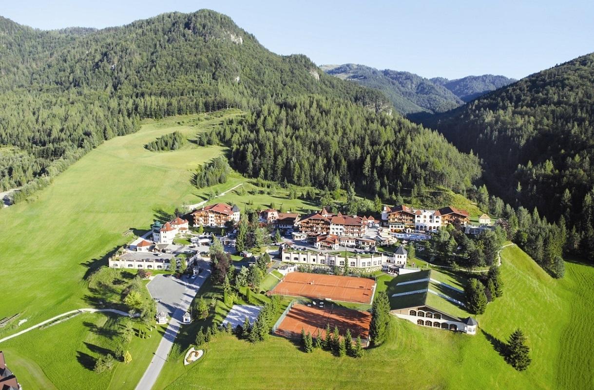Gesamtansicht-ferienhotel-Laerchenhof-erpfendorf-sommer-1