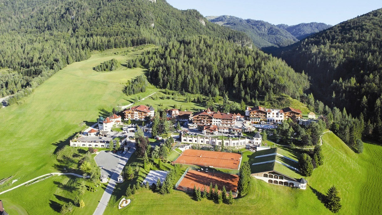 Gesamtansicht-ferienhotel-Laerchenhof-erpfendorf-sommer-1-2